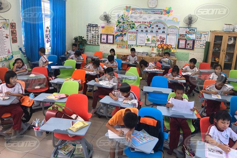 Bàn ghế phù hợp với học sinh